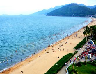 Bãi biển 'vầng trăng khuyết' Quy Nhơn mê hoặc du khách