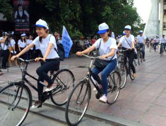 300 sinh viên diễu hành cổ vũ người Việt đi du lịch Việt