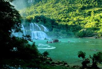 Hồ Ba Bể, viên ngọc xanh giữa núi rừng