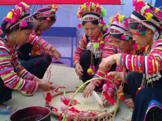 Tục nhuộm trứng đỏ của người La Hủ ở Lai Châu