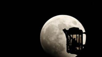 """Cảnh tượng """"trăng máu"""" khắp hành tinh"""
