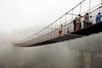 Đi bộ xuyên núi bằng cầu thủy tinh ở Trung Quốc