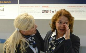Nhân viên sân bay bật khóc khi tiễn vị khách cuối cùng