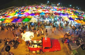 Chợ đồ cổ sắc màu Talad Rot Fai của Bangkok