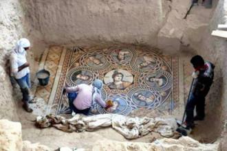 Thổ Nhĩ Kỳ khai quật bức tranh ghép 2.000 tuổi dưới lòng đất