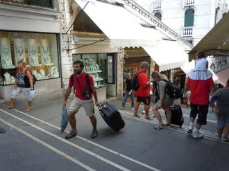 Venice tính phạt tiền du khách kéo hành lý gây ồn