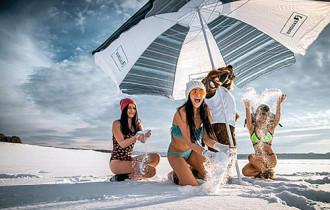 Mặc bikini chơi đùa tại nơi lạnh nhất nước Nga