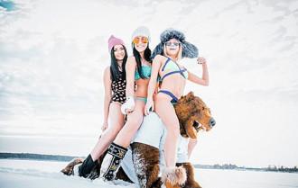 Mặc bikini gợi cảm chơi đùa tại nơi lạnh nhất nước Nga
