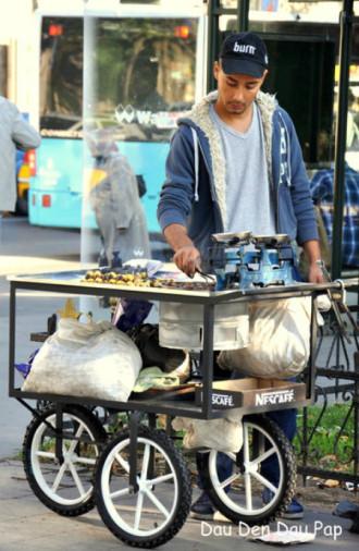 Ngô luộc và hạt dẻ nướng tại thiên đường ẩm thực Istanbul