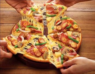 Thưởng thức pizza phong cách Việt