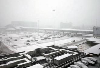 Bão tuyết khiến nhiều khách du lịch bị kẹt tại sân bay Anh