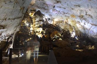 Quảng Bình xem xét hoãn tăng giá vé thăm hang động