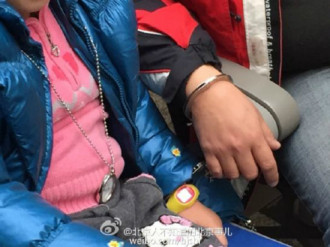Cha còng tay con gái để tránh bị lạc khi du lịch