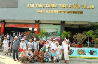Du khách Ba Lan thích thú với bánh tét và thư pháp Tết Việt