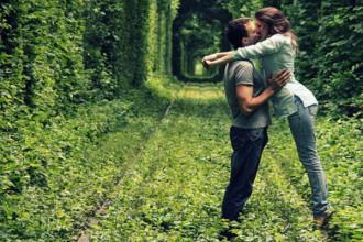 """Đẹp say đắm """"Con đường tình yêu"""" ở Ukraine"""