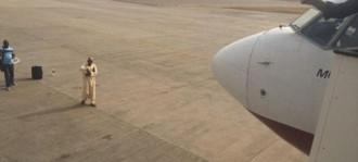 Hành khách chặn đầu máy bay, không cho cất cánh