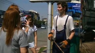 Người đàn ông đến Thái Lan 6 năm chỉ để quét phố