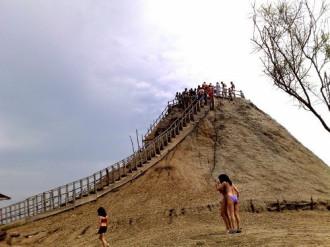 Bể tắm bùn tự nhiên trên đỉnh núi lửa