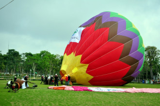 Nghỉ lễ 30.4: Người dân hào hứng ngắm khinh khí cầu khổng lồ