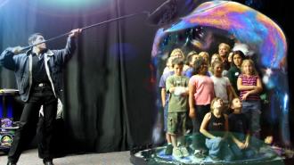 'Phù thủy bong bóng' trình diễn ở Hạ Long