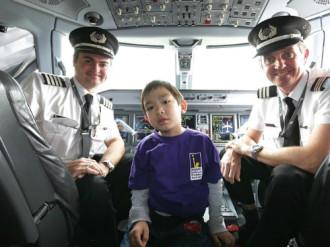 Cậu bé 5 tuổi làm phi công trên chuyến bay mô phỏng
