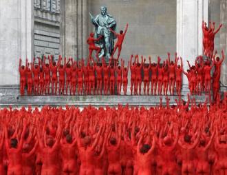Choáng ngợp trước hình ảnh đám đông 'khỏa thân' tập thể