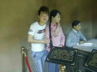 Du khách Trung Quốc gặp bê bối vì sờ ngực tượng sáp