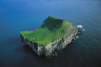 Ngôi nhà cô đơn giữa biển khơi Iceland