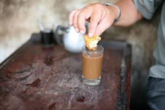 Bánh quẩy chấm cà phê và sữa chua hạt đác ở Sài Gòn