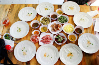 Bánh ướt thịt nướng và cháo sò huyết đổi vị ở Sài Gòn