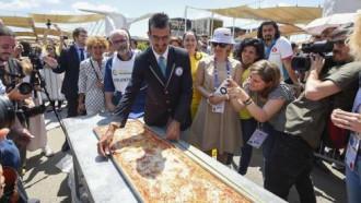Đầu bếp Italy làm pizza dài nhất thế giới