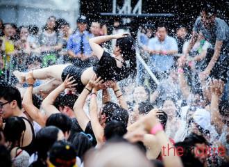 DJ xinh đẹp sẽ khuấy động đại tiệc bể bơi cuối tuần Hà Nội