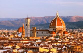 Du khách đi tiểu trên nóc nhà thờ ở Italy