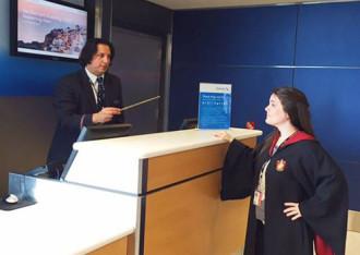 'Giáo sư Snape' bán vé máy bay cho hãng hàng không Mỹ