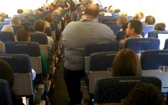 Bị đau lưng vì ngồi kế người béo, hành khách kiện hãng bay