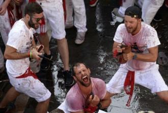 Biển người tắm rượu vang, đua cùng bò tót ở Tây Ban Nha