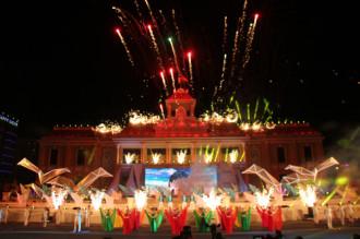 Khánh Hòa giã bạn bằng màn pháo trên quảng trường