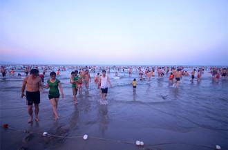 Tiểu bậy ở bãi biển Đà Nẵng bị phạt 300.000 đồng