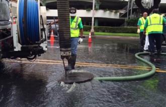 Bãi biển Hawaii đóng cửa vì sự cố tràn nước thải