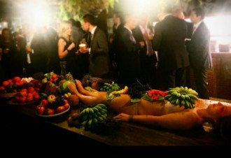 Quán bar bày trái cây trên cơ thể phụ nữ khỏa thân