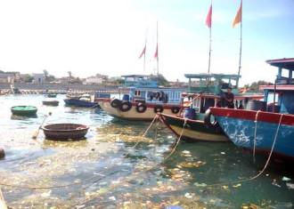 Rác nổi lềnh bềnh trên biển Lý Sơn