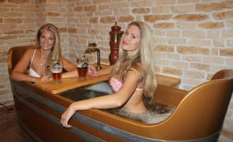 Bồn tắm chứa đầy bia hơi ở Czech