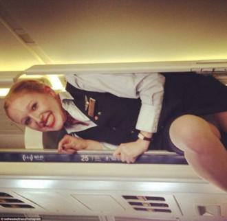Cơn sốt chui vào ngăn chứa đồ của tiếp viên hàng không