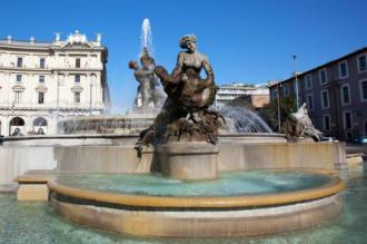 Du khách khỏa thân trong đài phun nước Rome