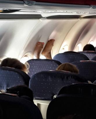 Những hình ảnh 'khó đỡ' trên máy bay