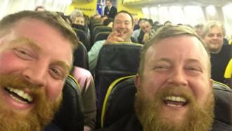 2 du khách 'như cặp sinh đôi' tình cờ ngồi cạnh trên chuyến bay