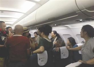 Ẩu đả vì chỗ ngồi, 3 du khách Trung Quốc bị áp giải khỏi máy bay