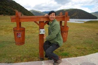 Chàng trai Trung Quốc thích chụp ảnh với thùng rác khi du lịch
