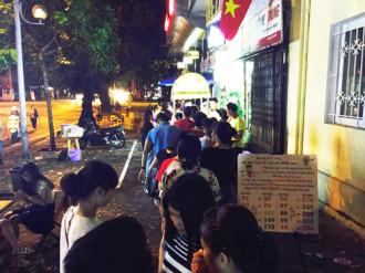 Hoa quả dầm đông khách xếp hàng ở Hà Nội