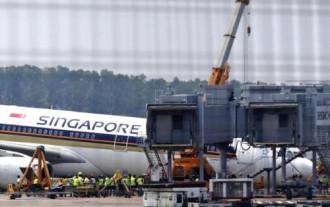 Máy bay Singapore sụp mũi xuống đường băng